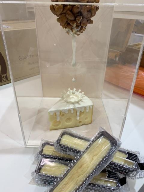 アーモンドミルクのスティックチーズチーズケーキ、アーモンドミルク、業界初